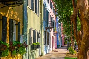 Rainbow-Row-colorful-and-well-preserved-historic-Georgian-row-houses-in-Charleston,-South-Carolina,-USA.jpg