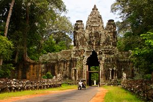 South-gate-of-Angkor-Thom-complex-near-Siem-Reap.jpg