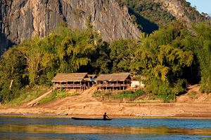 Fishermen-and-fishing-boats-on-the-Mekong-River-in-Laos.jpg