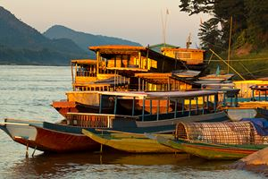 Ships-and-boats-anchored-on-the-river-bank-of-the-mekong-river.jpg