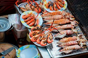 Sea-food-at-Damnoen-Saduak-Floating-Market-near-Bangkok,-Thailand.jpg