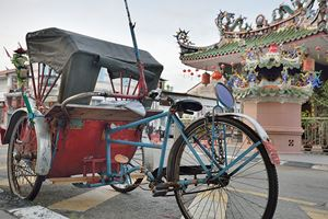Traditional-rickshaw-and-chinese-temple-in-Penang-street-.jpg (1)