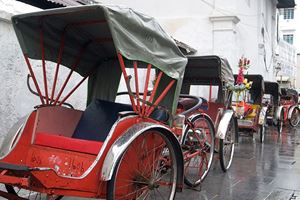 Trishaws-waiting-in-the-rain-in-Georgetown,-Penang.jpg (1)