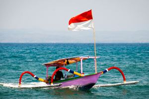 Typical-indoensian-boats-called-jukung-on-the-beach-of-Lovina,-Bali.jpg